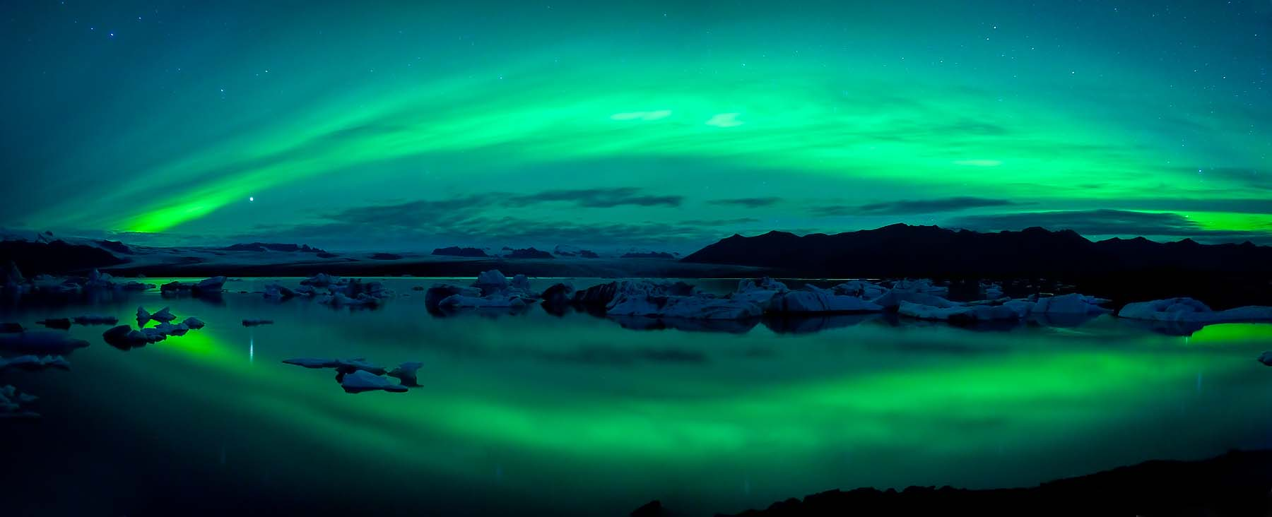 Aurora-Borealis-Northern-Lights-Jokulsarlon-Iceland-Panoramic-Lake-Landscape