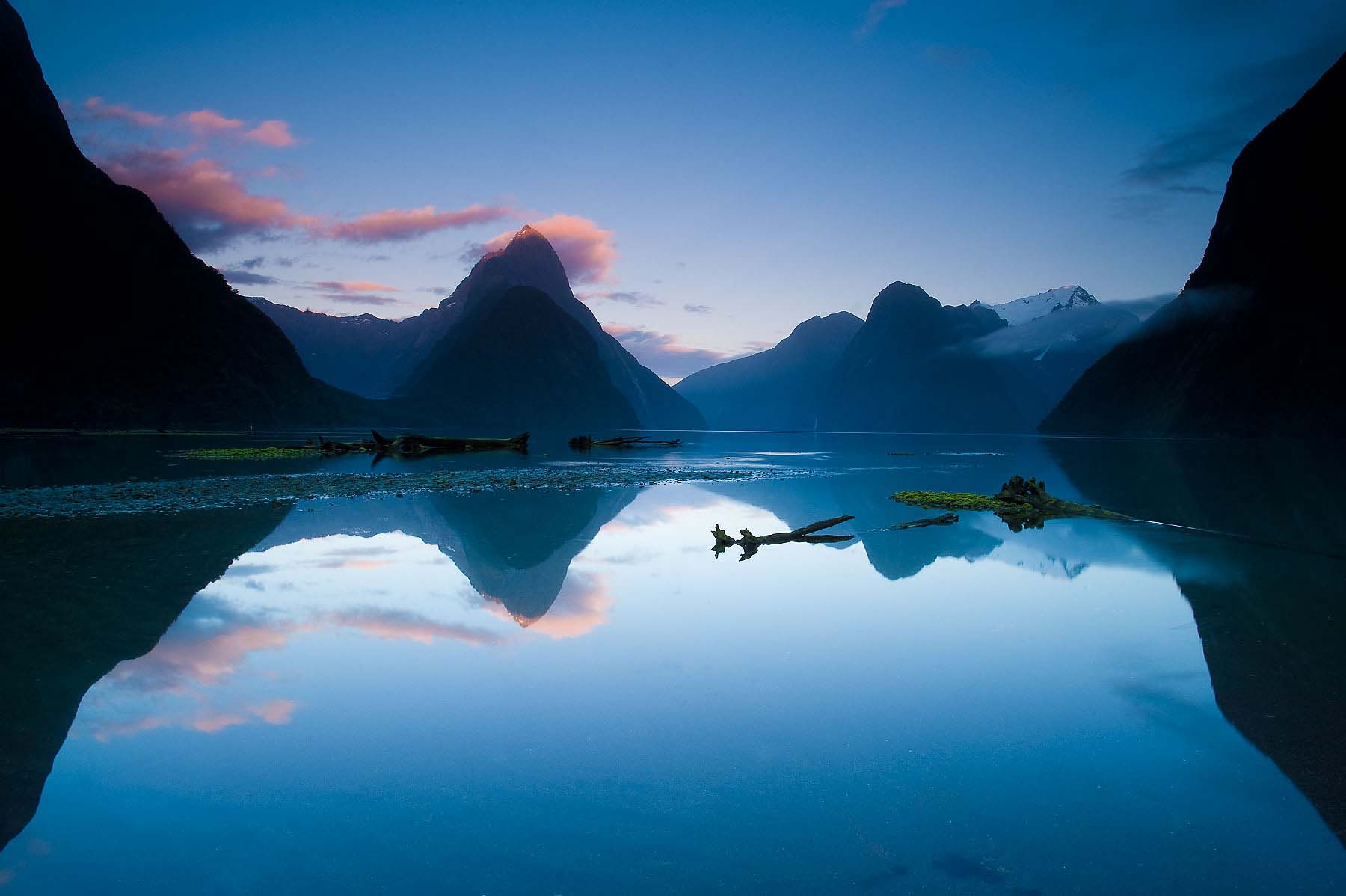 Milford-Sound-Dawn-Fjordland-National-Park-South-Island-New-Zealand