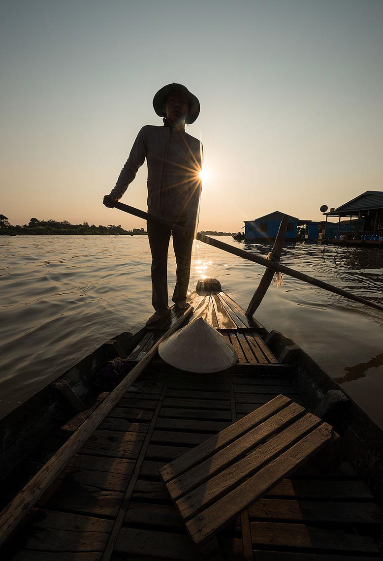 boat-dawn-travel-photographer-floating-village-phoum-kandal-kompong-chnang-cambodia-boat