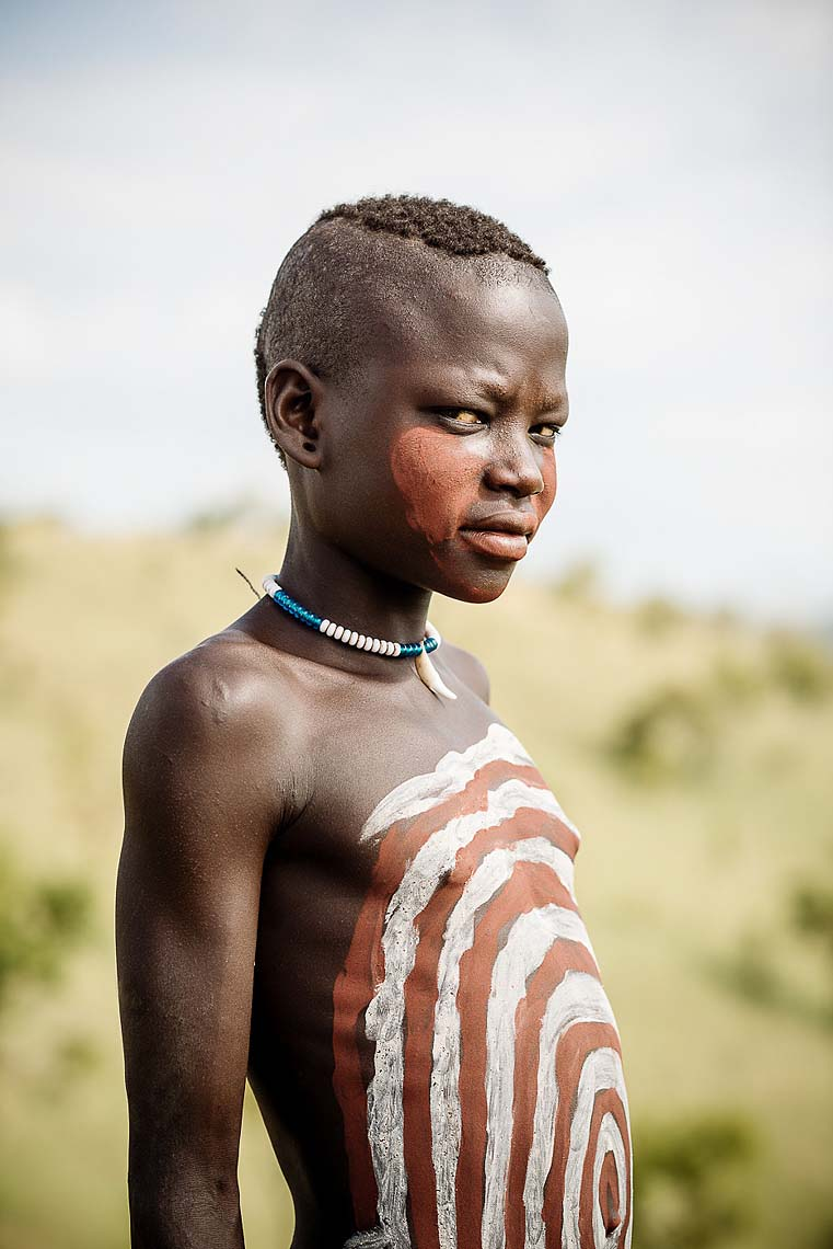 boy-chest-paint-portrait-bartui-mursi-tribe-omo-valley-ethiopia-08