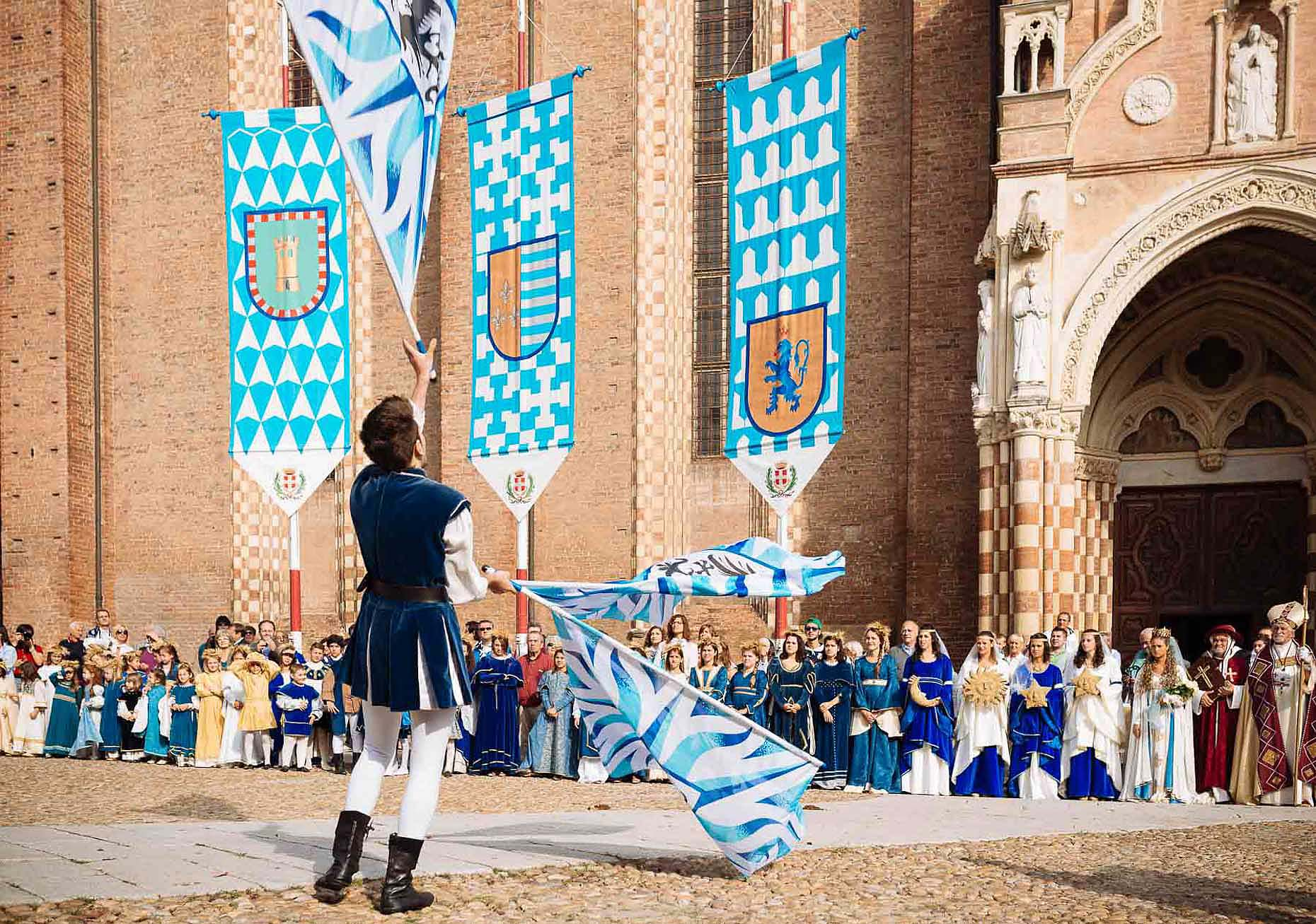 cathedral-juggling-medieval-palio-asti-italy-13
