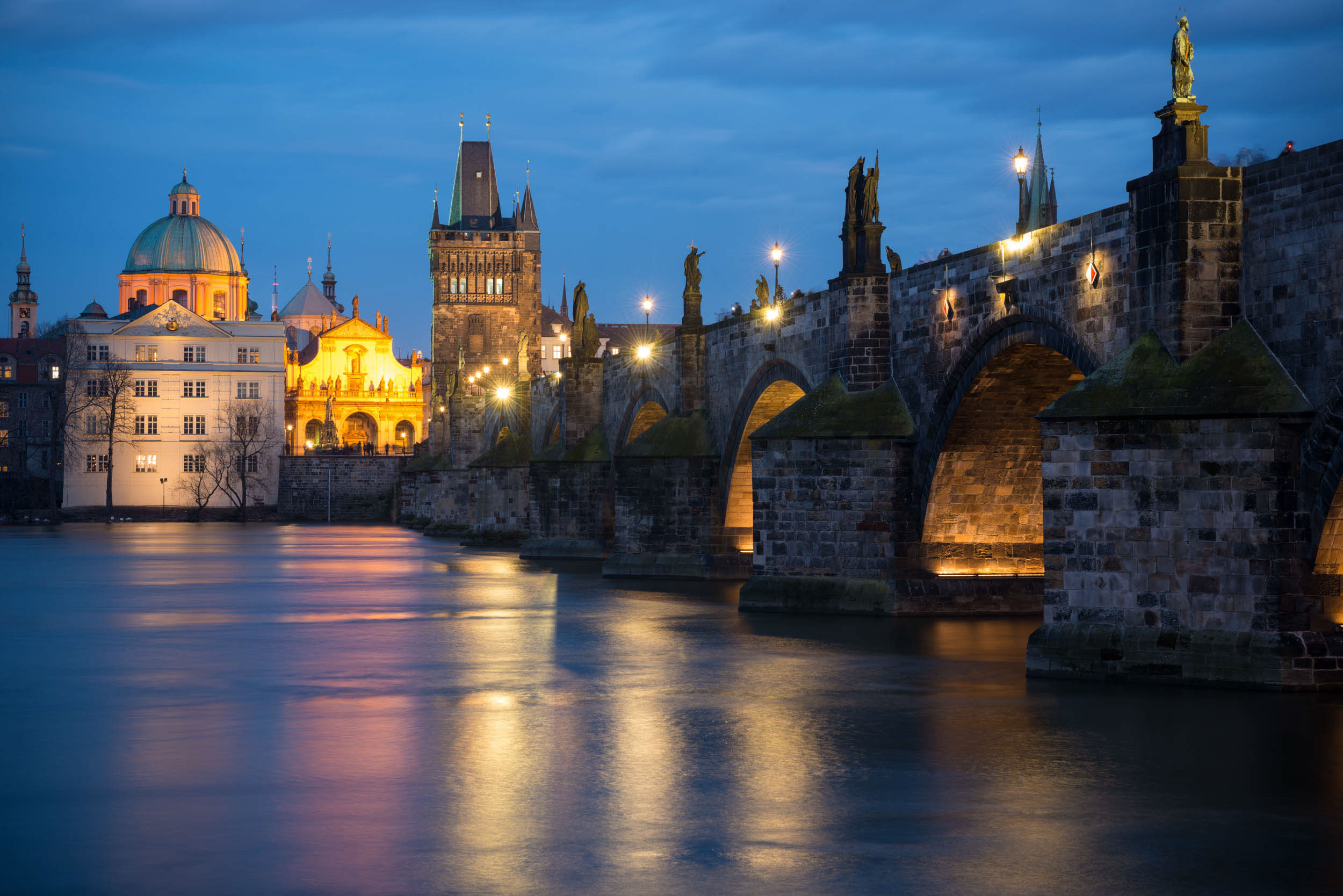 charles-bridge-dusk-night-travel-prague-czech-republic