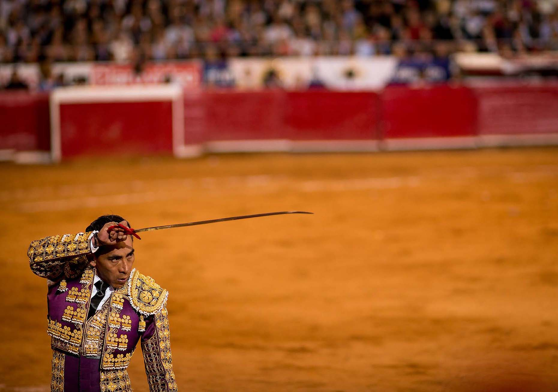 corrida-de-toros-bullfight-matador-sword-plaza-mexico-city-bullring-25