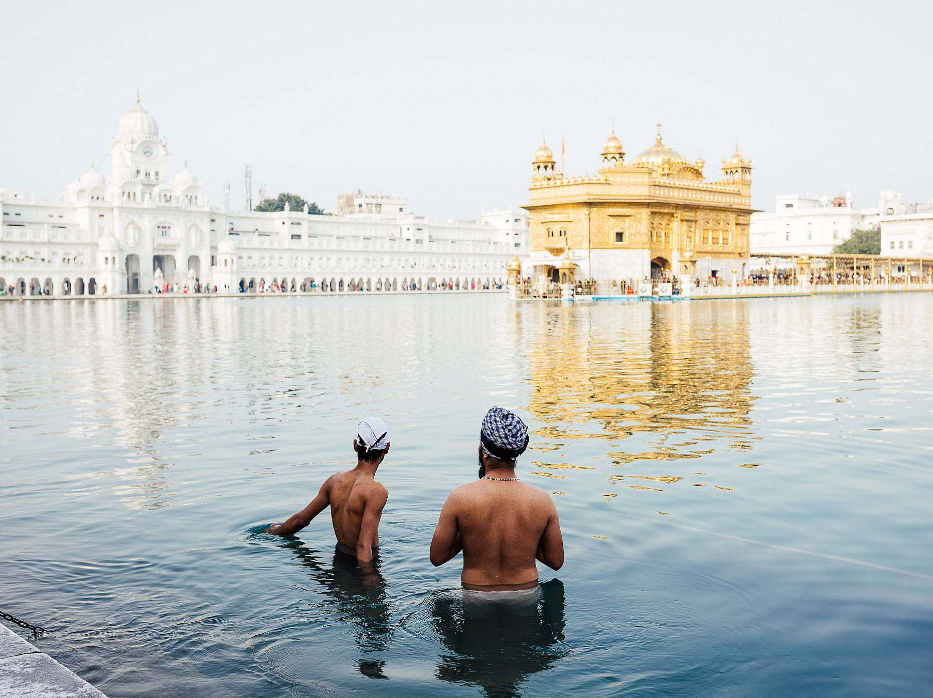 men-bathing-pool-golden-temple-amritsar-india-05