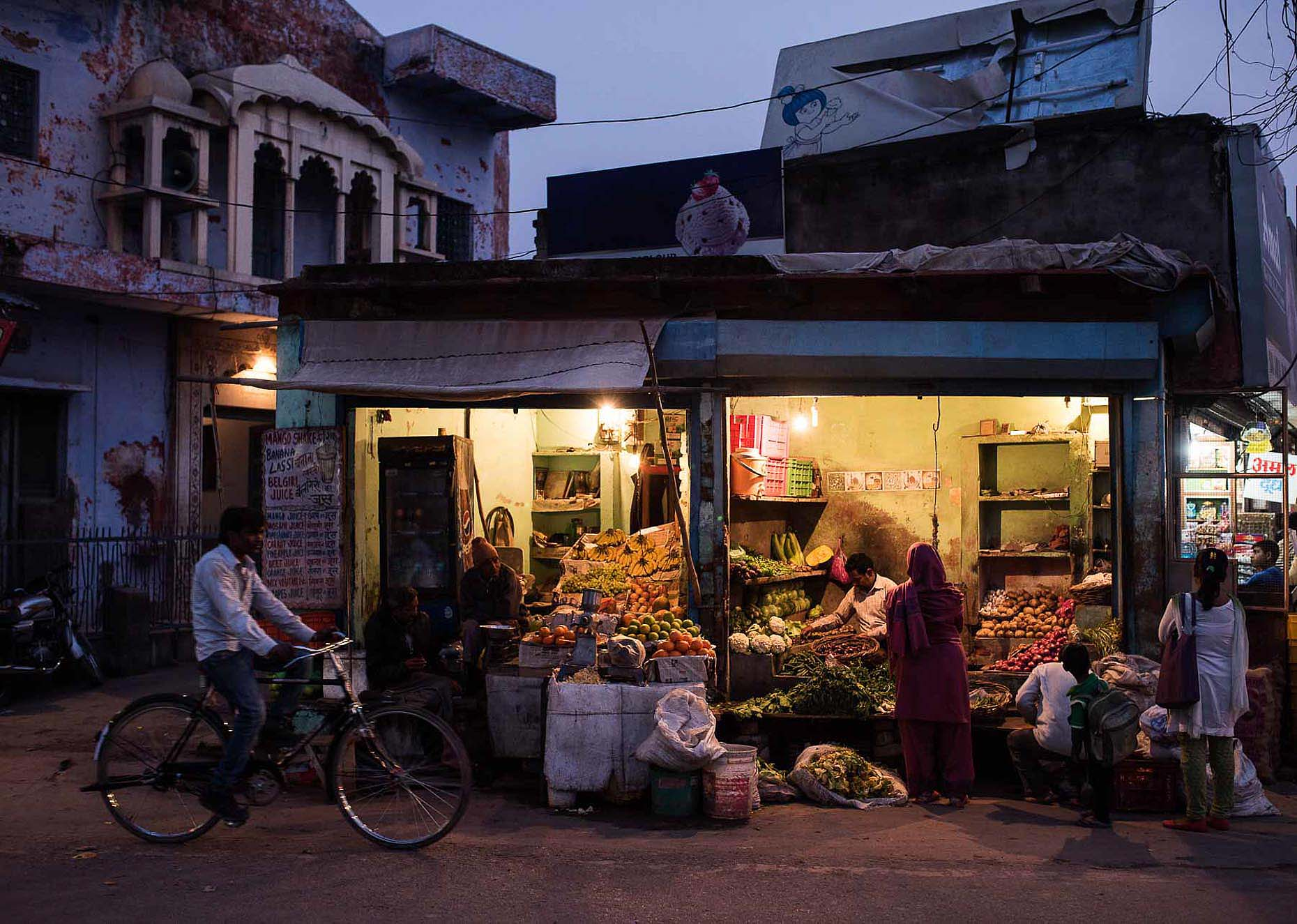 street-scene-agra-india-twilight-greengrocer-15