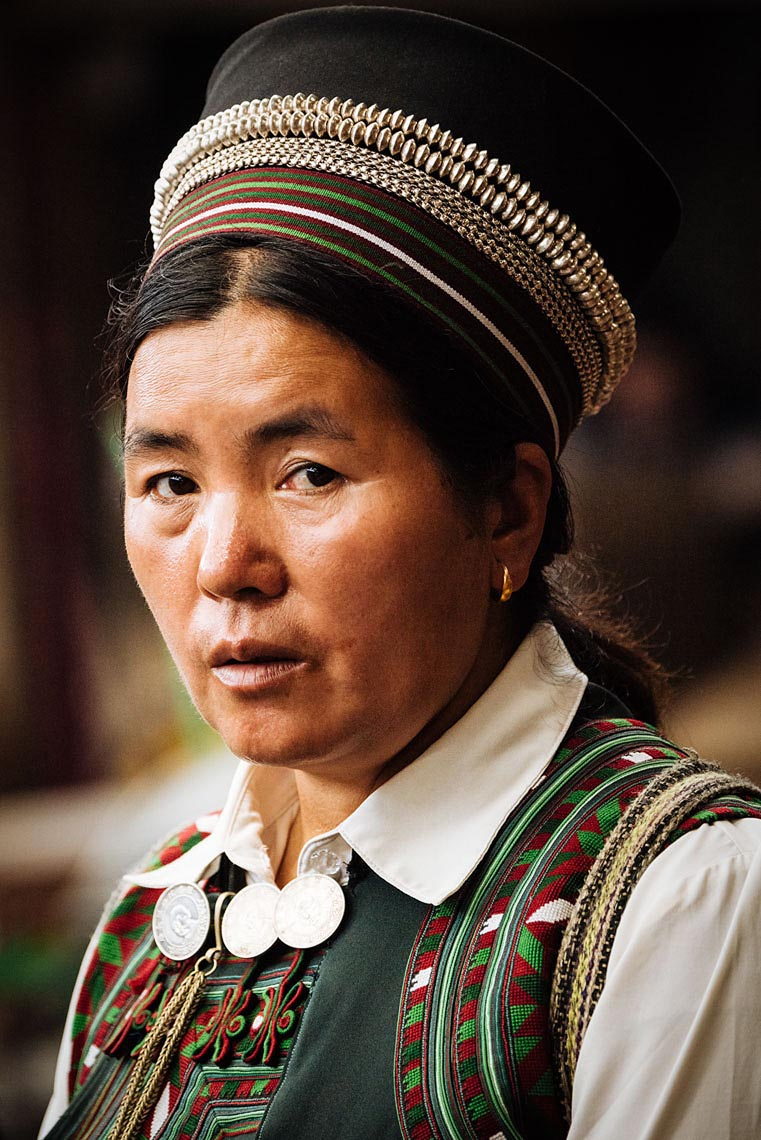 xinjie-rural-market-portrait-ethnic-woman-tradition-yunnan-china-13